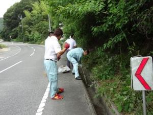 地域ボランティア活動として、楷の木街道のクリーン作戦を行いました。